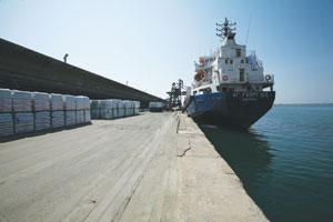 Φορτωση καραβιού στο λιμάνι της Καβάλας
